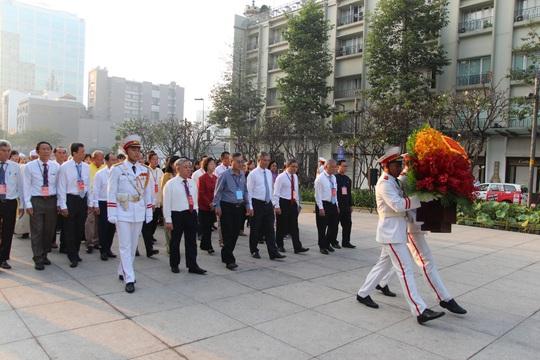 Từ sáng sớm, đại diện các dân tộc thiểu số dâng hoa Chủ tịch Hồ Chí Minh - Ảnh 1.