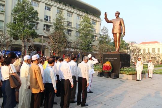 Từ sáng sớm, đại diện các dân tộc thiểu số dâng hoa Chủ tịch Hồ Chí Minh - Ảnh 2.