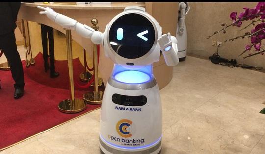 Ngân hàng đầu tiên của Việt Nam đưa robot phục vụ khách - Ảnh 1.