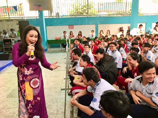 Nghệ sĩ Thanh Hằng xúc động vì học sinh yêu dân ca - Ảnh 1.