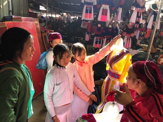 Đến Hà Giang khám phá vẻ đẹp đầy sắc màu của chợ phiên Đồng Văn - Ảnh 15.