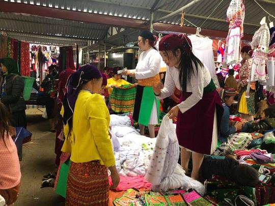 Đến Hà Giang khám phá vẻ đẹp đầy sắc màu của chợ phiên Đồng Văn - Ảnh 14.