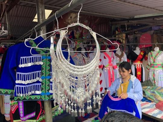 Đến Hà Giang khám phá vẻ đẹp đầy sắc màu của chợ phiên Đồng Văn - Ảnh 17.