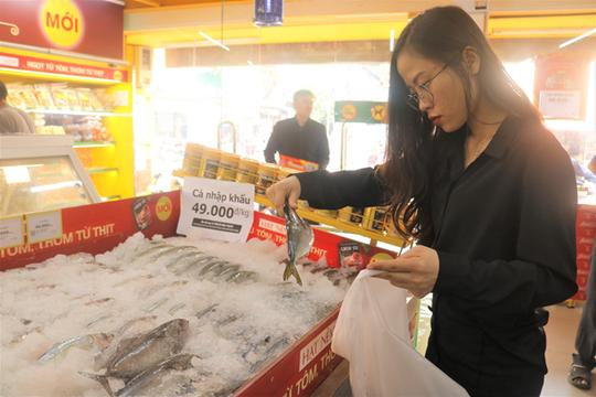 Thịt đội giá, bà nội trợ đổ xô đến Bách hóa Xanh săn cá nhập khẩu 49.000 đồng/kg - Ảnh 1.