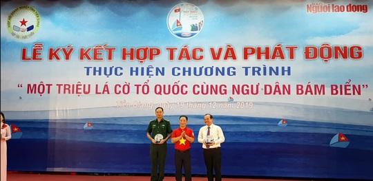 Ngư dân Tiền Giang hân hoan đón cờ Tổ quốc - Ảnh 13.