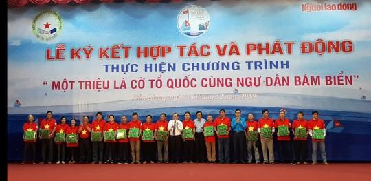 Ngư dân Tiền Giang hân hoan đón cờ Tổ quốc - Ảnh 18.