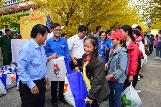 Hỗ trợ 2.000 công nhân về quê ăn Tết - Ảnh 1.