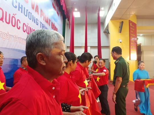 Ngư dân Tiền Giang hân hoan đón cờ Tổ quốc - Ảnh 16.
