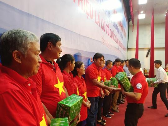 Ngư dân Tiền Giang hân hoan đón cờ Tổ quốc - Ảnh 17.