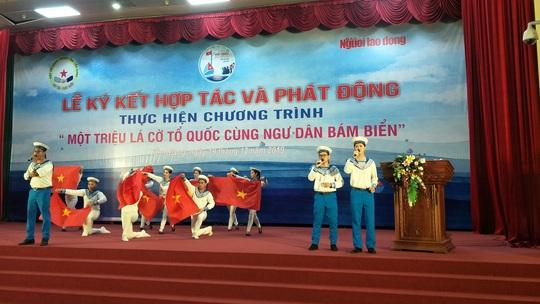 Ngư dân Tiền Giang hân hoan đón cờ Tổ quốc - Ảnh 3.