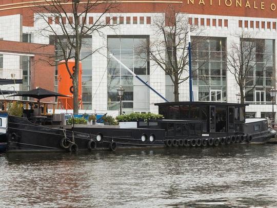 Bên trong cung điện nổi xa xỉ trên sông ở Amsterdam - Ảnh 1.