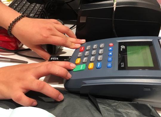 Thêm ngân hàng cảnh báo chiêu lừa tiền trong tài khoản, ATM - Ảnh 1.