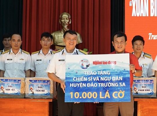 Trao 10.000 lá cờ Tổ quốc cho quân dân Trường Sa đón Tết - Ảnh 2.