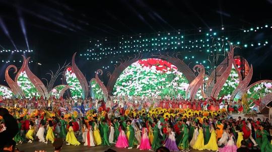 Mãn nhãn bữa tiệc hoa và ánh sáng ở lễ khai mạc Festival Hoa Đà Lạt - Ảnh 3.