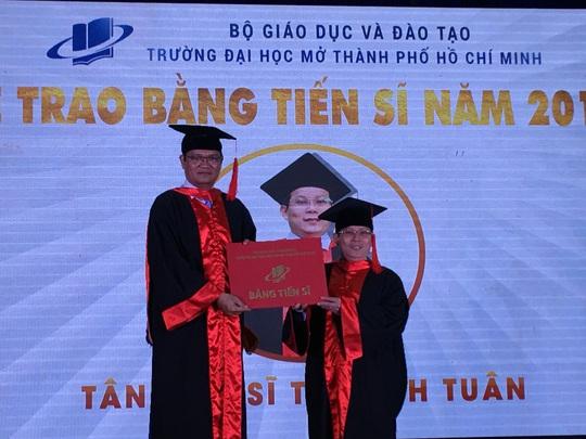 Trường ĐH Mở TP HCM trao 232 bằng tiến sĩ, thạc sĩ - Ảnh 1.