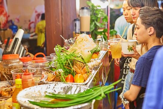 Đã miệng với mực khổng lồ, gỏi cuốn, xiên que... tại lễ hội ẩm thực đường phố - Ảnh 8.
