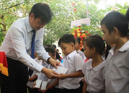 Trao 330 suất quà cho trẻ em khuyết tật và người nghèo tại huyện Nghĩa Hành - Ảnh 1.