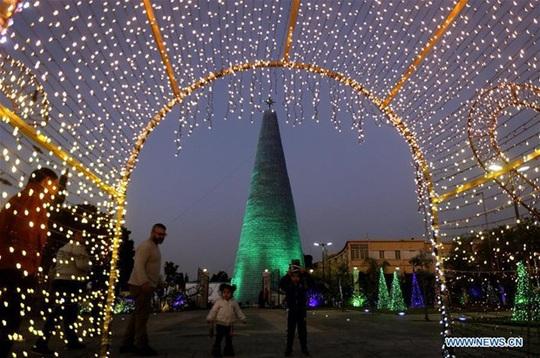 Cô gái làm cây thông Noel cao hơn 28m từ 129.000 chai nhựa bỏ đi - Ảnh 1.