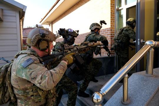 Căng thẳng với Triều Tiên, lính Mỹ - Hàn Quốc diễn tập cận chiến - Ảnh 1.