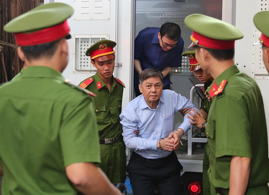 Siết chặt an ninh phiên xử Nguyên Phó Chủ tịch UBND TP HCM Nguyễn Hữu Tín và thuộc cấp - Ảnh 2.