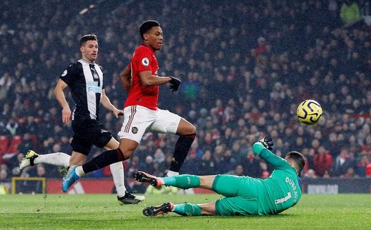 Newcastle dâng bàn thắng, Man United ngược dòng ngoạn mục - Ảnh 4.