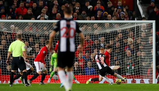 Newcastle dâng bàn thắng, Man United ngược dòng ngoạn mục - Ảnh 2.