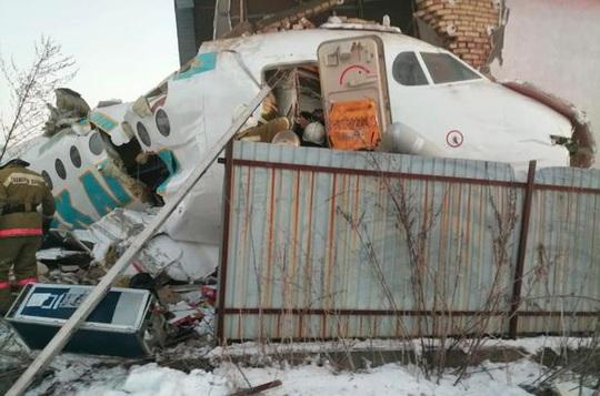 Máy bay lao liên tiếp vào hàng rào, nhà 2 tầng, 15 người thiệt mạng - Ảnh 1.