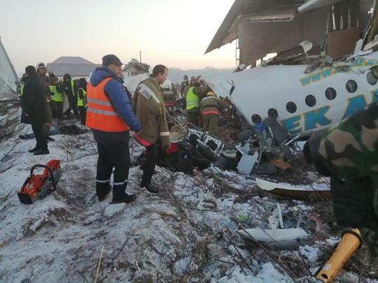 Máy bay lao liên tiếp vào hàng rào, nhà 2 tầng, 15 người thiệt mạng - Ảnh 3.