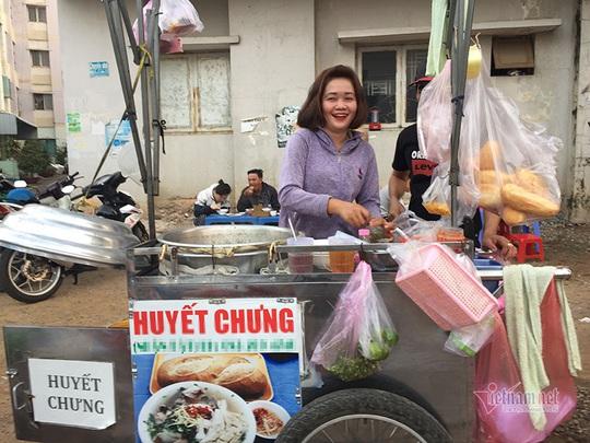 Người TP HCM dậy từ mờ sáng, đi chục km để ăn món đặc biệt - Ảnh 1.