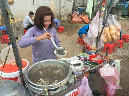 Người TP HCM dậy từ mờ sáng, đi chục km để ăn món đặc biệt - Ảnh 2.