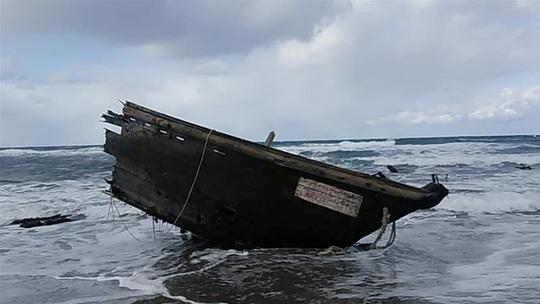 """Nhật Bản phát hiện """"tàu ma"""" chứa 7 thi thể - Ảnh 2."""