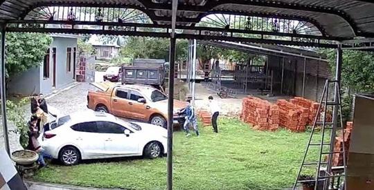 Bị vây bắt, giám đốc buôn pháo lậu lái ô tô tông vào công an - Ảnh 1.