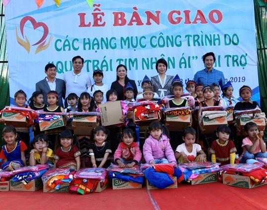 Quỹ Trái tim nhân ái về Gia Lai bàn giao công trình cho Trường Tiểu học Bong Hiot - Ảnh 1.