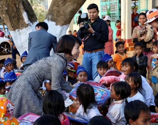 Quỹ Trái tim nhân ái về Gia Lai bàn giao công trình cho Trường Tiểu học Bong Hiot - Ảnh 5.