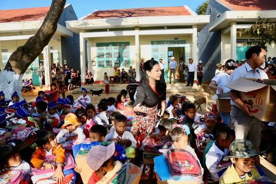 Quỹ Trái tim nhân ái về Gia Lai bàn giao công trình cho Trường Tiểu học Bong Hiot - Ảnh 8.
