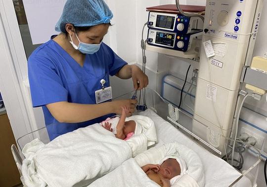 Cặp song sinh chào đời khoẻ mạnh sau khi được chữa bệnh ở tuần thai thứ 23 - Ảnh 1.