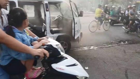 Xe chở học sinh tiểu học ở Bình Dương bốc cháy, nhiều người lao vào dập lửa - Ảnh 2.