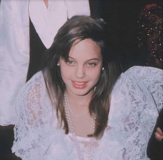 Vẻ đẹp như búp bê của Angelina Jolie năm 11 tuổi - Ảnh 1.
