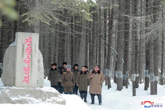 Lãnh đạo Triều Tiên cưỡi bạch mã trong khung cảnh đẹp khó cưỡng - Ảnh 4.