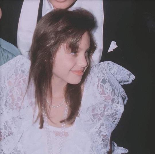 Vẻ đẹp như búp bê của Angelina Jolie năm 11 tuổi - Ảnh 5.