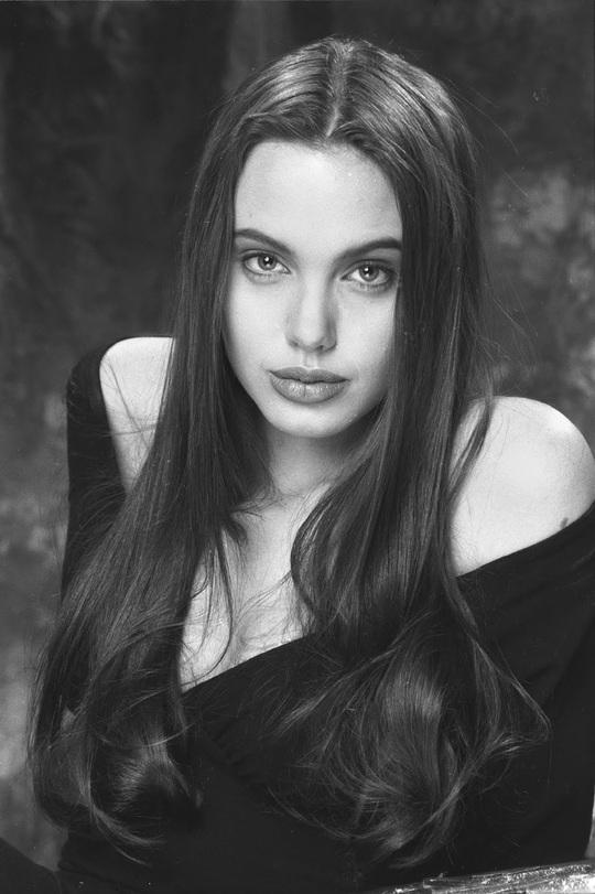 Vẻ đẹp như búp bê của Angelina Jolie năm 11 tuổi - Ảnh 7.