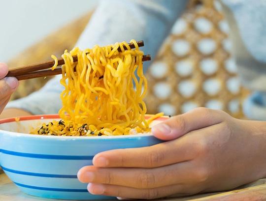 Bật mí cách ăn mì tôm không gây hại cho sức khỏe - Ảnh 1.