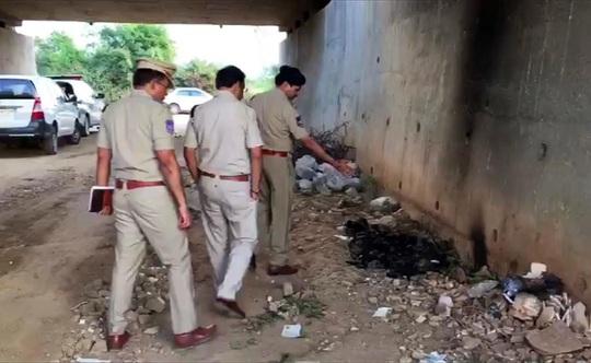 Cảnh sát bắn chết 4 nghi phạm cưỡng hiếp, đốt thi thể nạn nhân - Ảnh 1.
