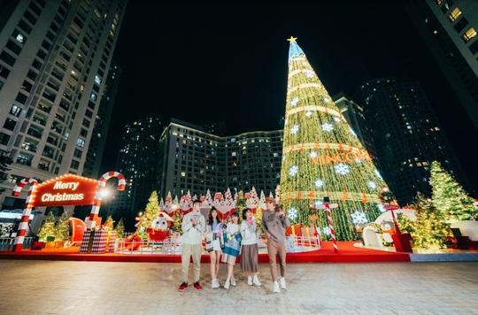 """""""Hòa nhịp đón Giáng sinh - lung linh mùa lễ hội"""" tại 73 TTTM Vincom - Ảnh 1."""