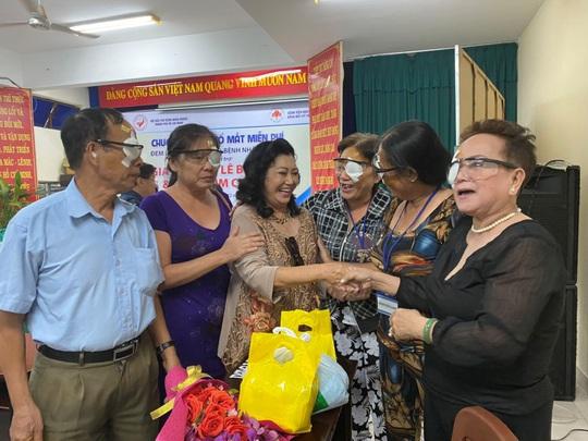 NSND Kim Cương giúp người nghèo mổ mắt - Ảnh 1.