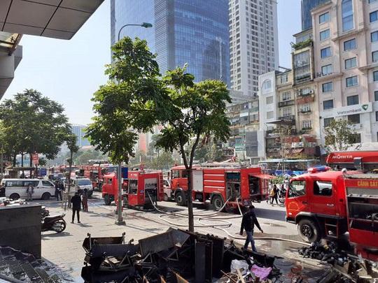 Cháy chi nhánh ngân hàng BIDV, đưa khoảng 60 người thoát ra ngoài an toàn - Ảnh 2.