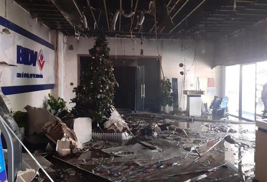 Cháy chi nhánh ngân hàng BIDV, đưa khoảng 60 người thoát ra ngoài an toàn - Ảnh 3.