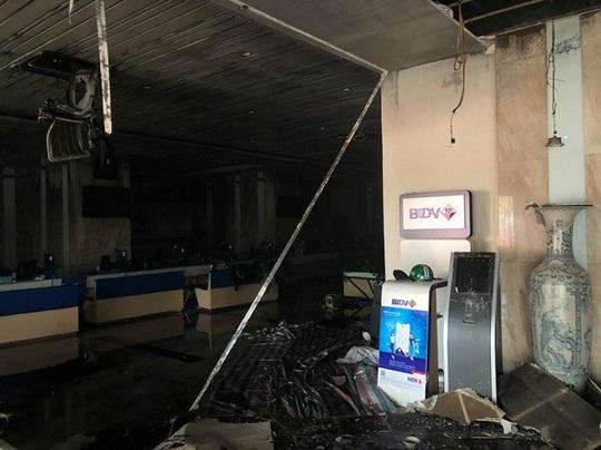 Cháy chi nhánh ngân hàng BIDV, đưa khoảng 60 người thoát ra ngoài an toàn - Ảnh 4.