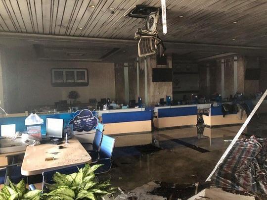 Cháy chi nhánh ngân hàng BIDV, đưa khoảng 60 người thoát ra ngoài an toàn - Ảnh 6.