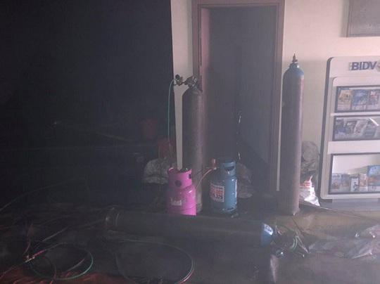 Cháy chi nhánh ngân hàng BIDV, đưa khoảng 60 người thoát ra ngoài an toàn - Ảnh 7.